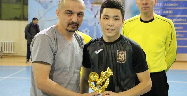 Нургали Ж лучший игрок тура приз вручает Вахидов П гл.тренер